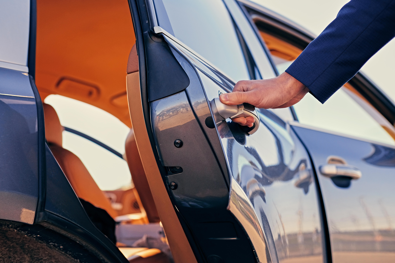 Locação de veículos com motorista para viagens: por que é a opção mais segura e acessível?
